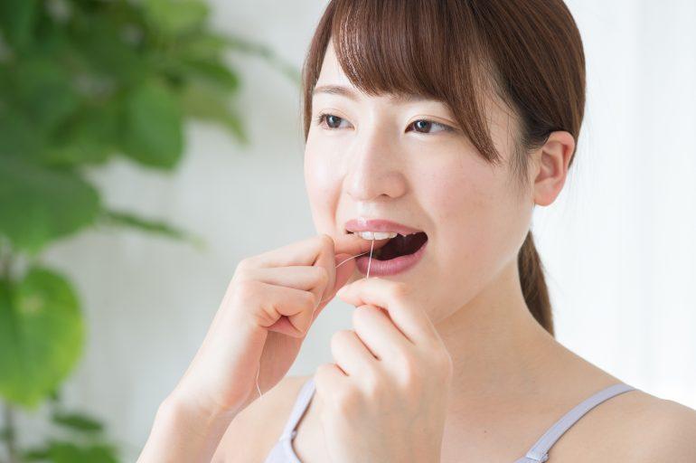 デンタルフロスで歯石除去を行います